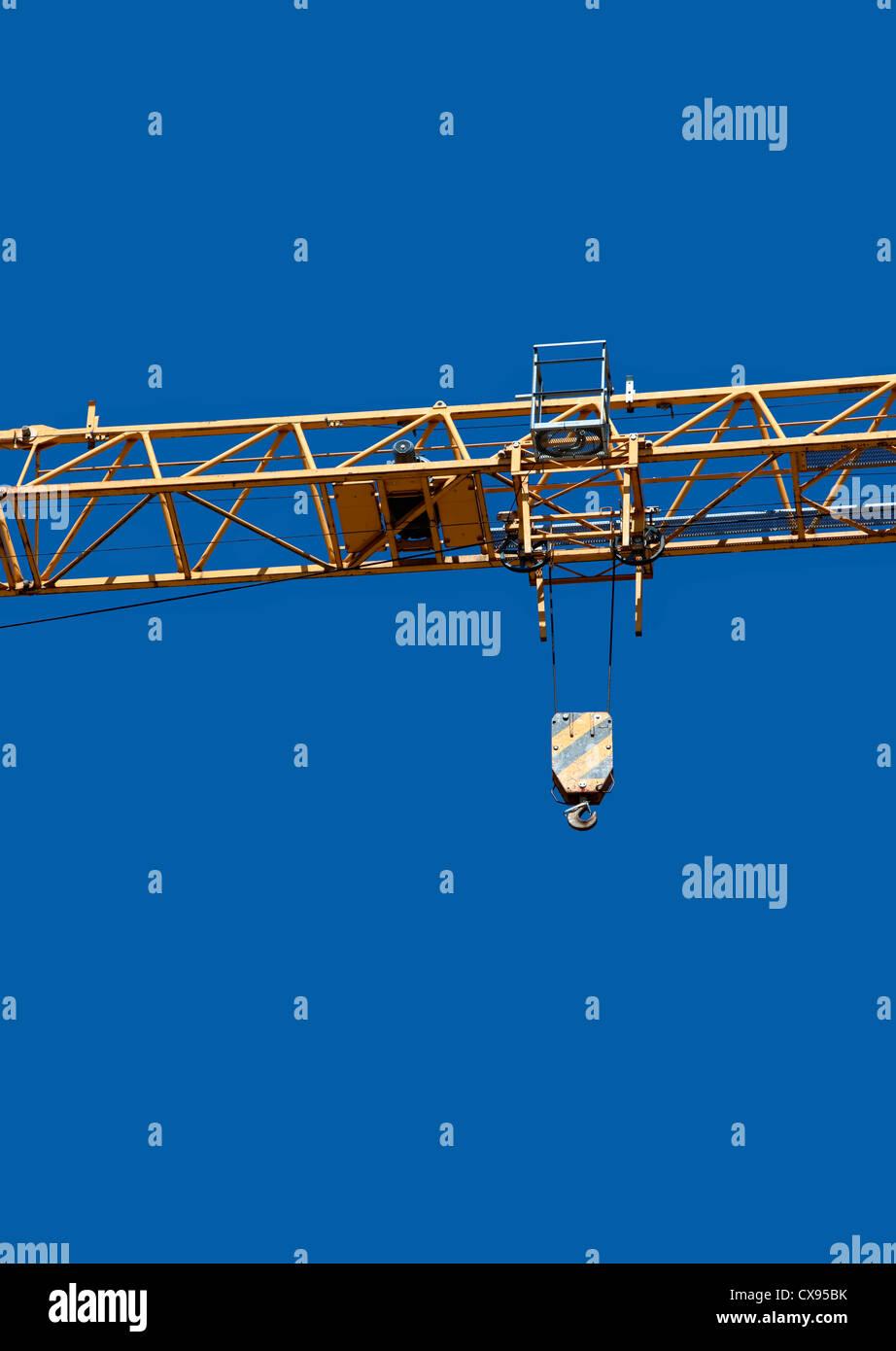Crane and blue sky, Baukran vor blauem Himmel - Stock Image