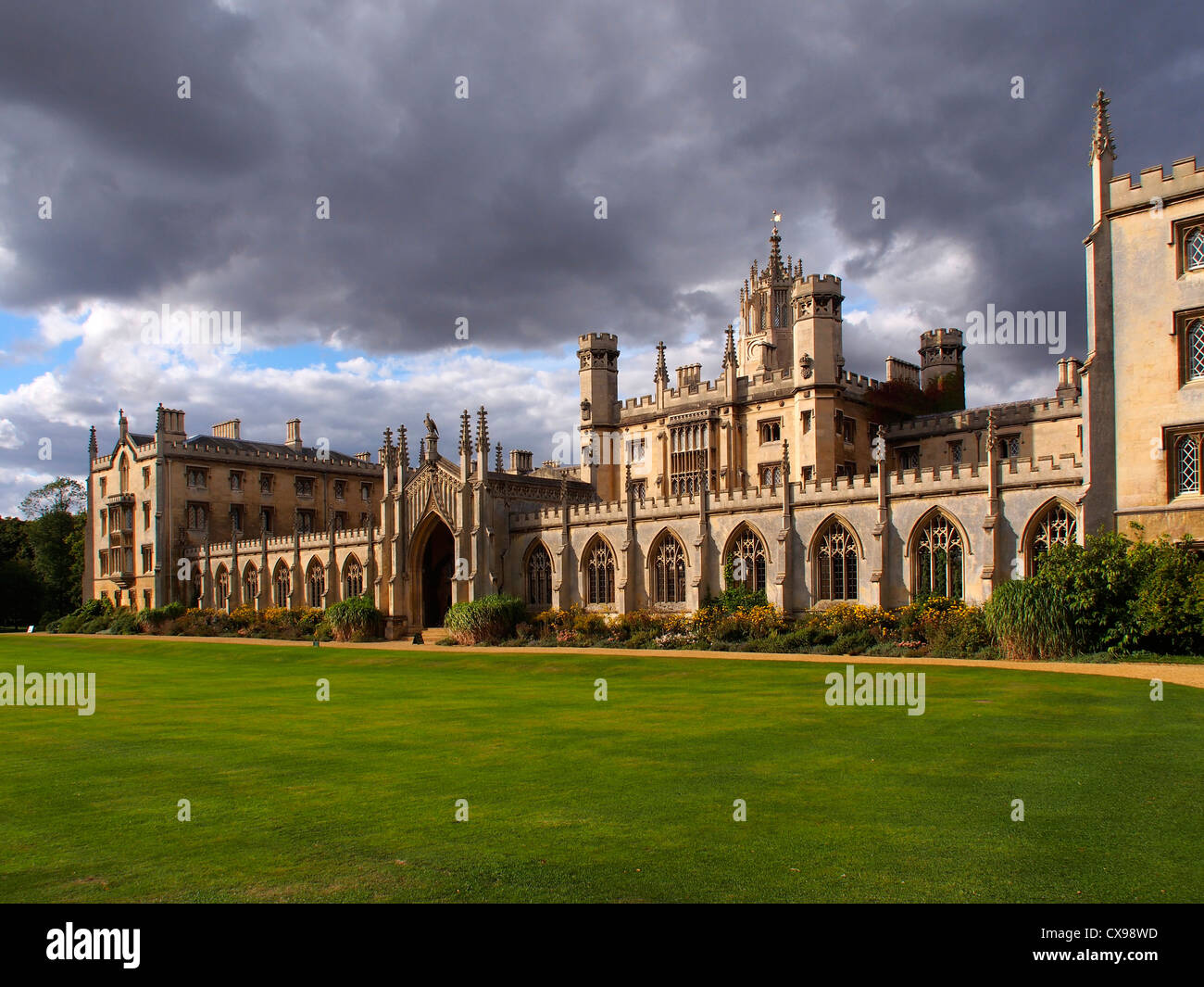 St Johns College, Cambridge, where the Bridge of Sighs crosses the river. Moody skies and saturated colors. - Stock Image