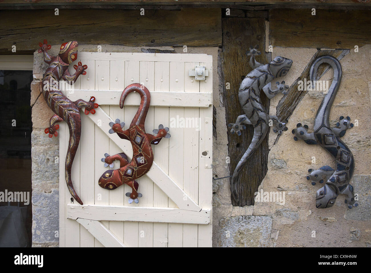 Metal artisan lizards on sale at a craft shop in France. - Stock Image