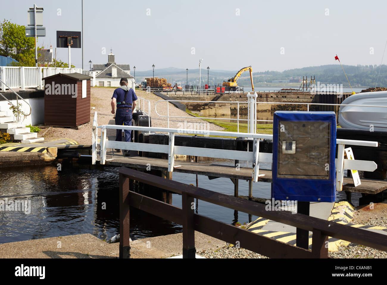 Lock keeper at work at Crinan canal lock at Ardrishaig. Scotland Stock Photo