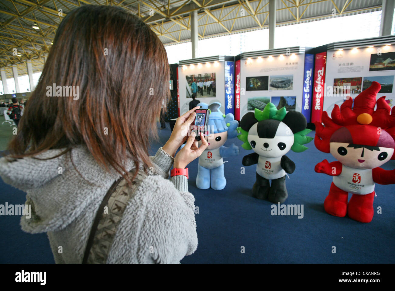 Hong Kong woman photographed the mascots of the Olympic Games 2008 in Beijing - Stock Image