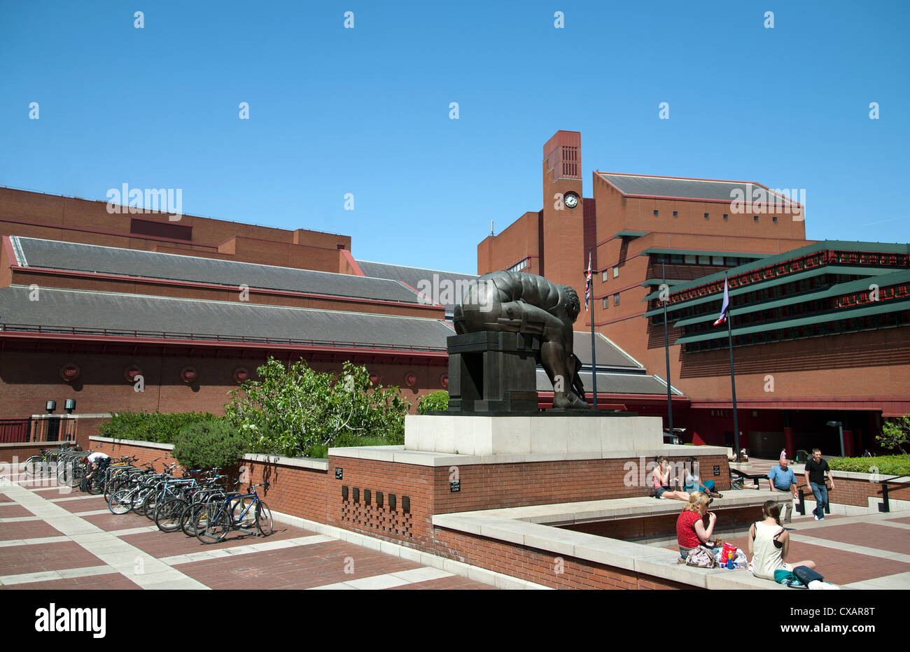 Courtyard of the British Library showing sculpture of Isaac Newton by Eduardo Paolozzi, Euston Road, London, England - Stock Image