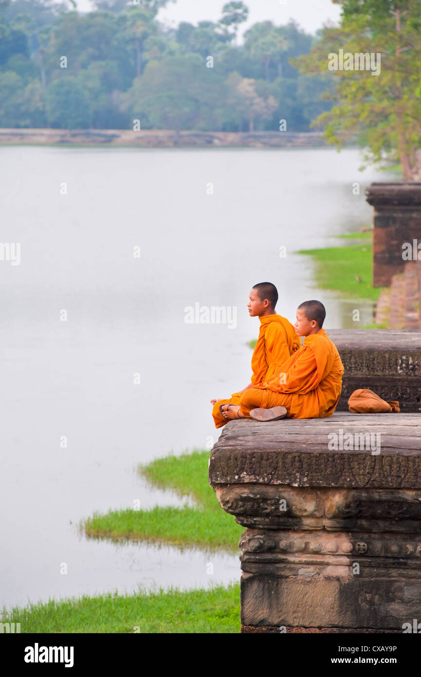 Buddhist monks sitting at Angkor Wat Temple, Angkor, UNESCO World Heritage Site, Siem Reap, Cambodia, Indochina, - Stock Image