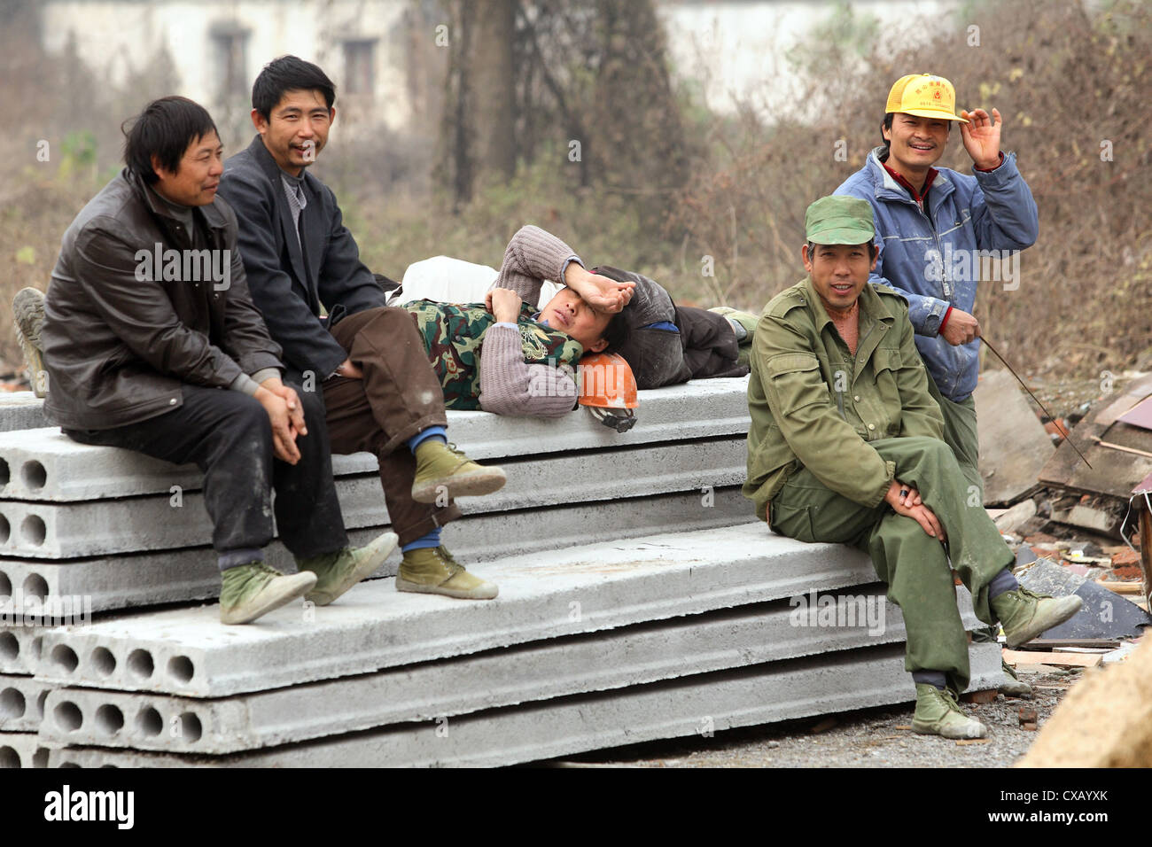 Suzhou, construction workers take a break - Stock Image