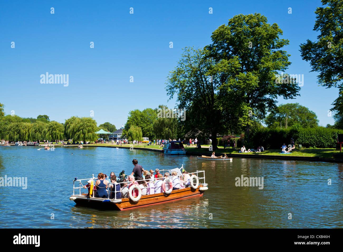 An unusual handcrank chain ferry across the River Avon Stratford upon avon Warwickshire England UK GB EU Europe - Stock Image