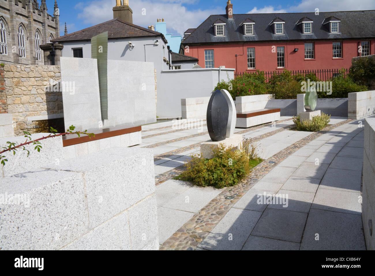 Dublin City Eire EU Garda Memorial Garden in Dubhlinn Gardens in memory of members of Irish Police Force killed Stock Photo