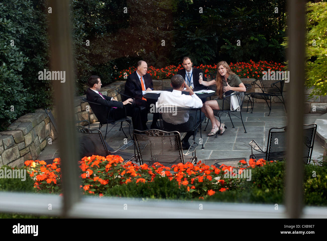 US President Barack Obama meets with advisors September 14, 2011 on the patio outside the Oval Office. From left - Stock Image