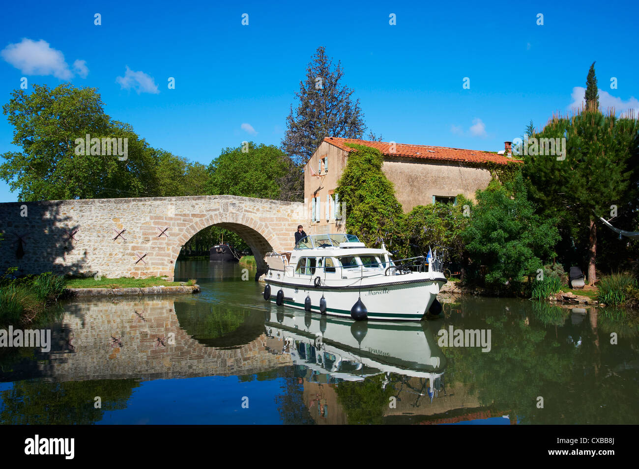 Navigation on the Canal du Midi, between Carcassonne and Beziers, Pigasse, Aude, Languedoc Roussillon, France - Stock Image