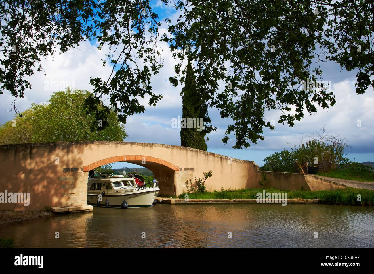 Bridge over the Canal du Midi, UNESCO World Heritage Site, Aude, Languedoc Roussillon, France, Europe - Stock Image