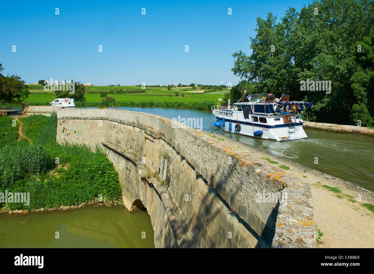 Navigation on the Canal du Midi, the first aqueduct built on the Canal du Midi, Paraza, Aude, Languedoc Roussillon - Stock Image