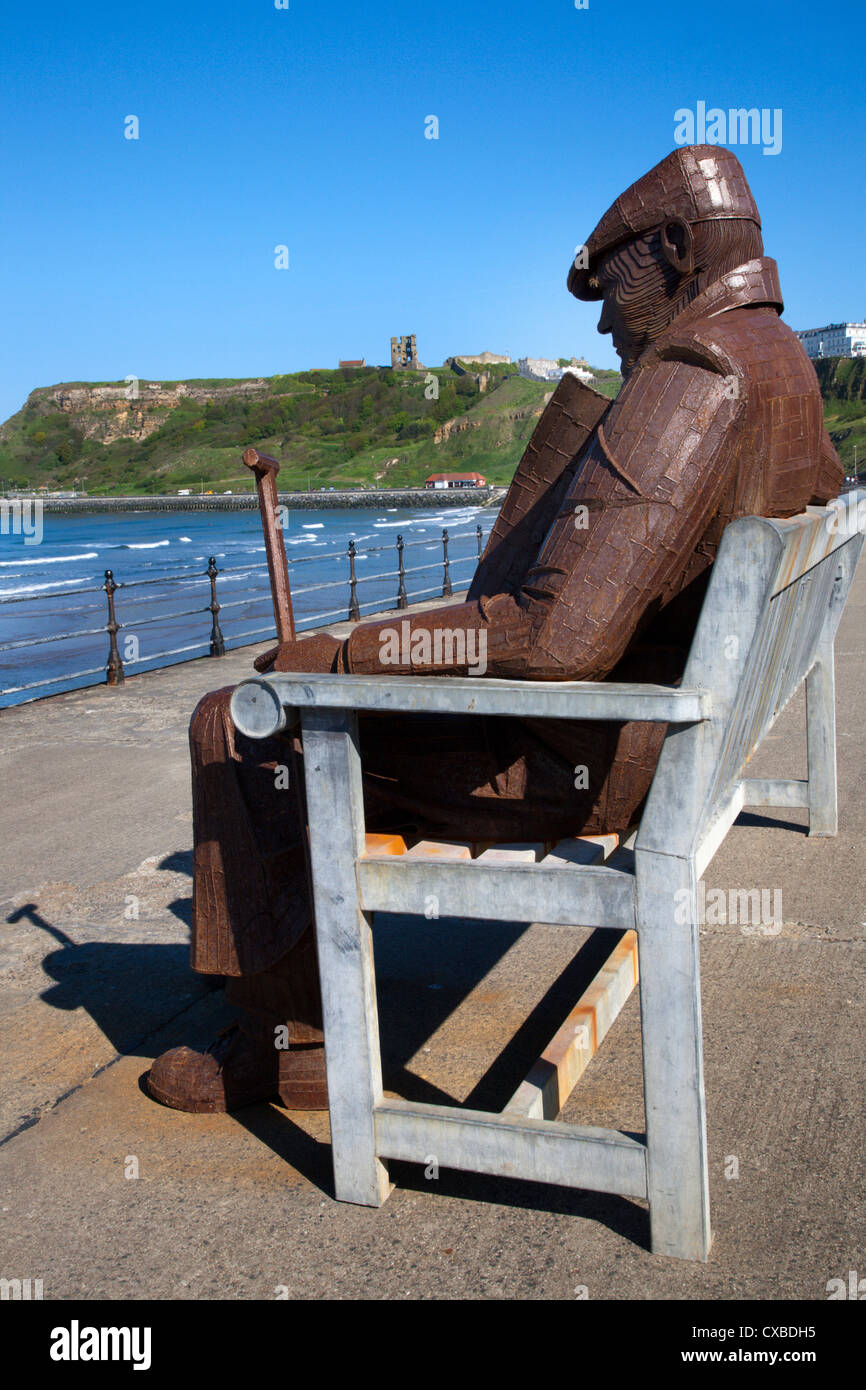 Ray Lonsdale sculpture of a Man on a Bench in North Bay, Scarborough, North Yorkshire, Yorkshire, England, United - Stock Image