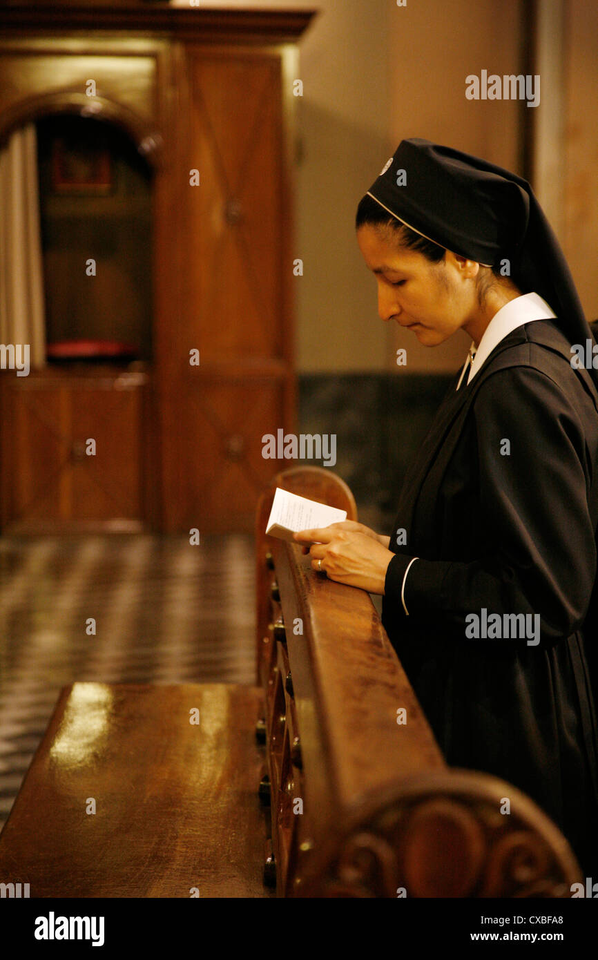 Nun praying at Iglesia Catedral, the main cathedral on 9 julio square,Salta city, Argentina. - Stock Image