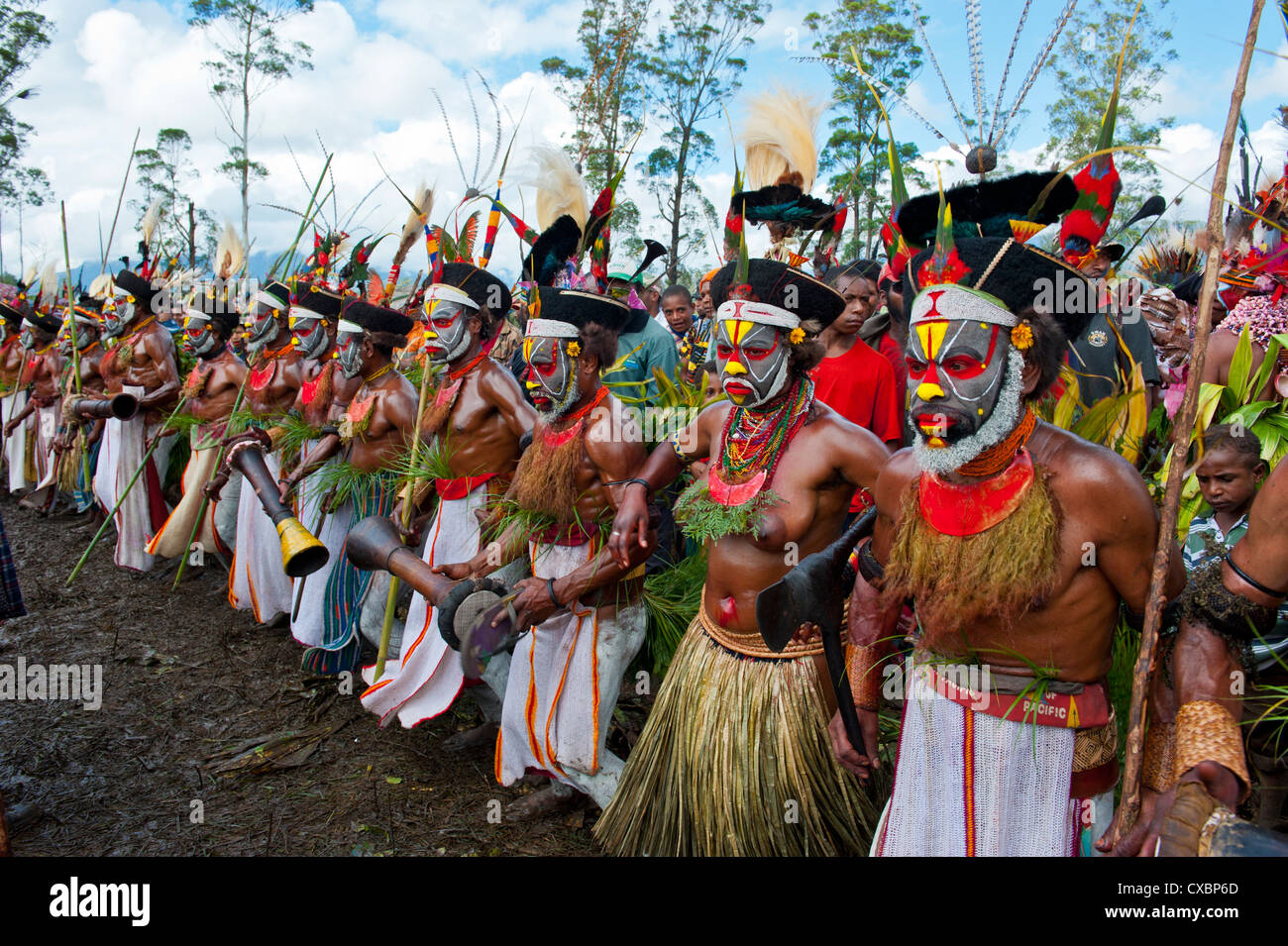 Colourfully dressed and face painted local tribes celebrating the traditional Sing Sing in the Highlands of Papua - Stock Image