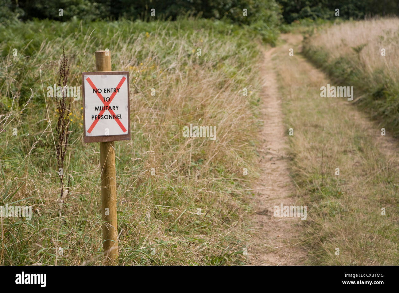 "Sign ""No Entry for Military Personnel"" country path Stock Photo"