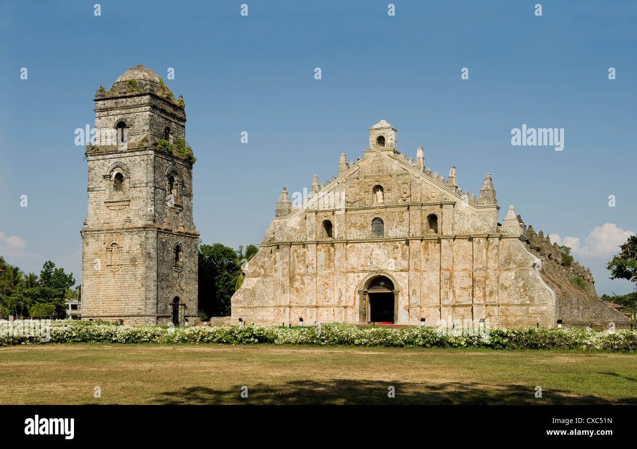Paoay Church dating from 1710, classic example of earthquake Barocco with strong butresses, Ilocos Norte, Philippines - Stock Image