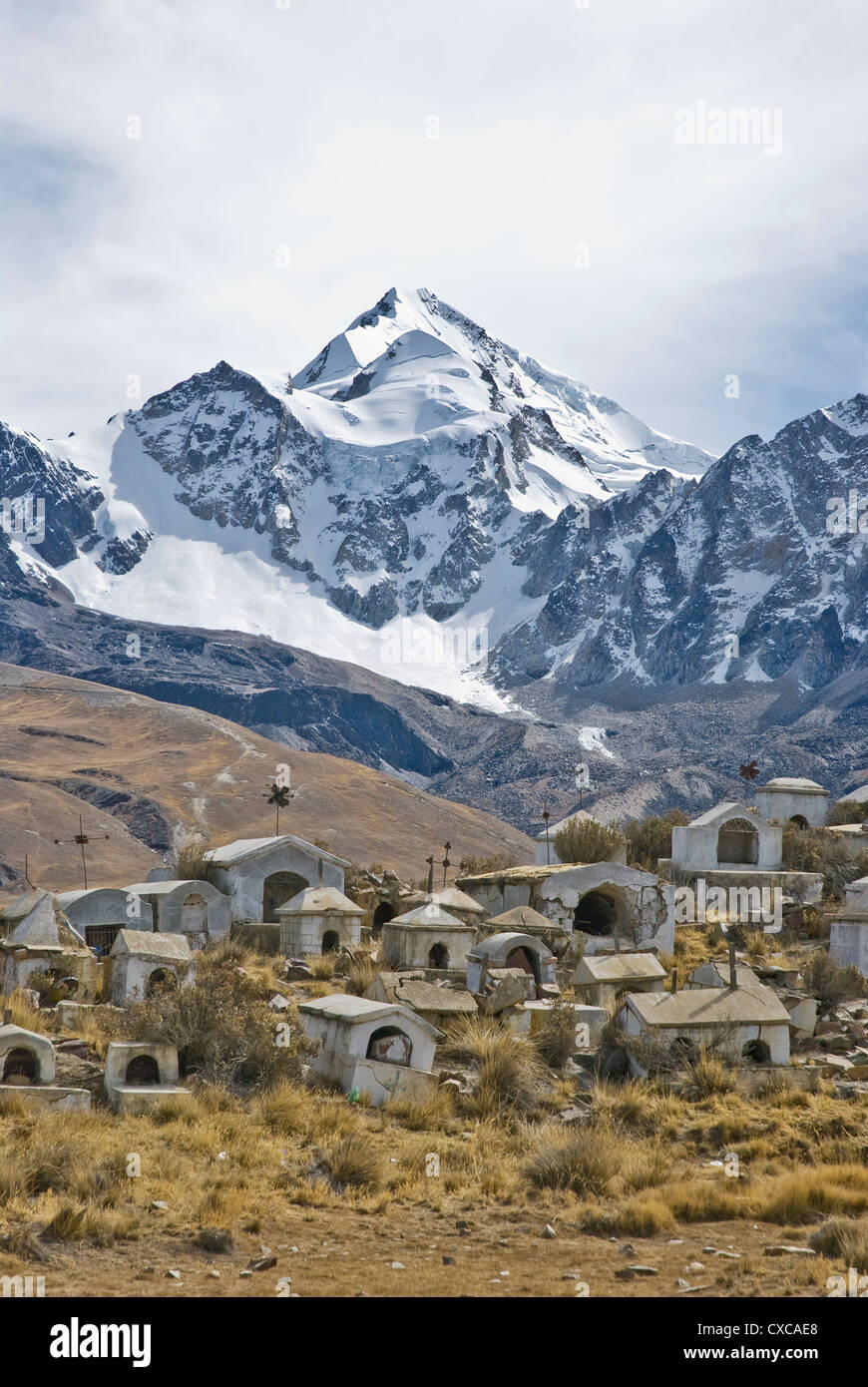 Cemetery of miners in Milluni with the mountain Huayna Potosi in the background - Stock Image