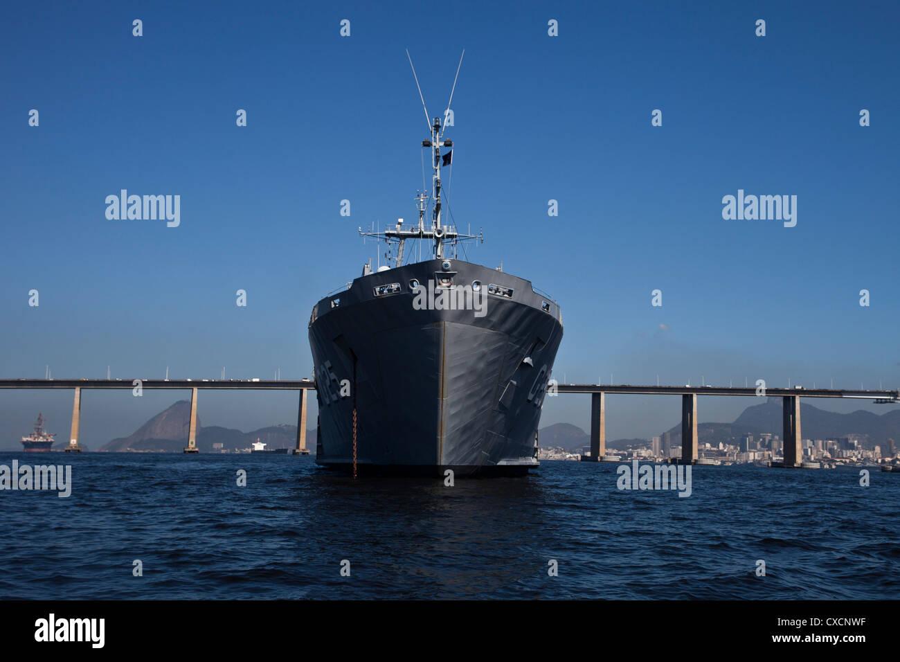 Brazil Navy ship anchored in Guanabara Bay. Rio-Niteroi bridge and Sugar Loaf, Rio de Janeiro, Brazil. - Stock Image