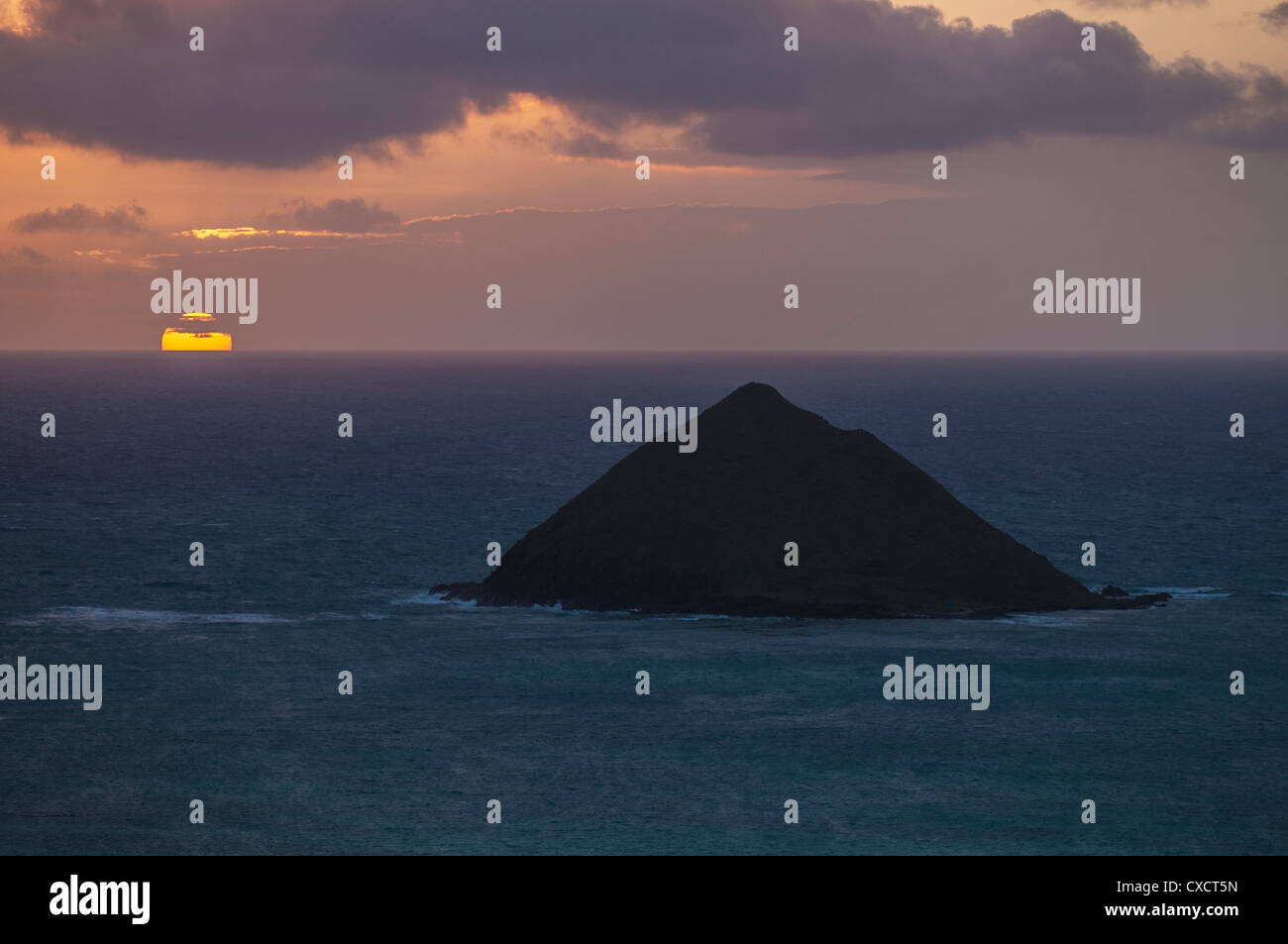 Sunrising behind the Mokulua Islands, Lanikai Beach, Kailua Bay, Oahu, Hawaii - Stock Image