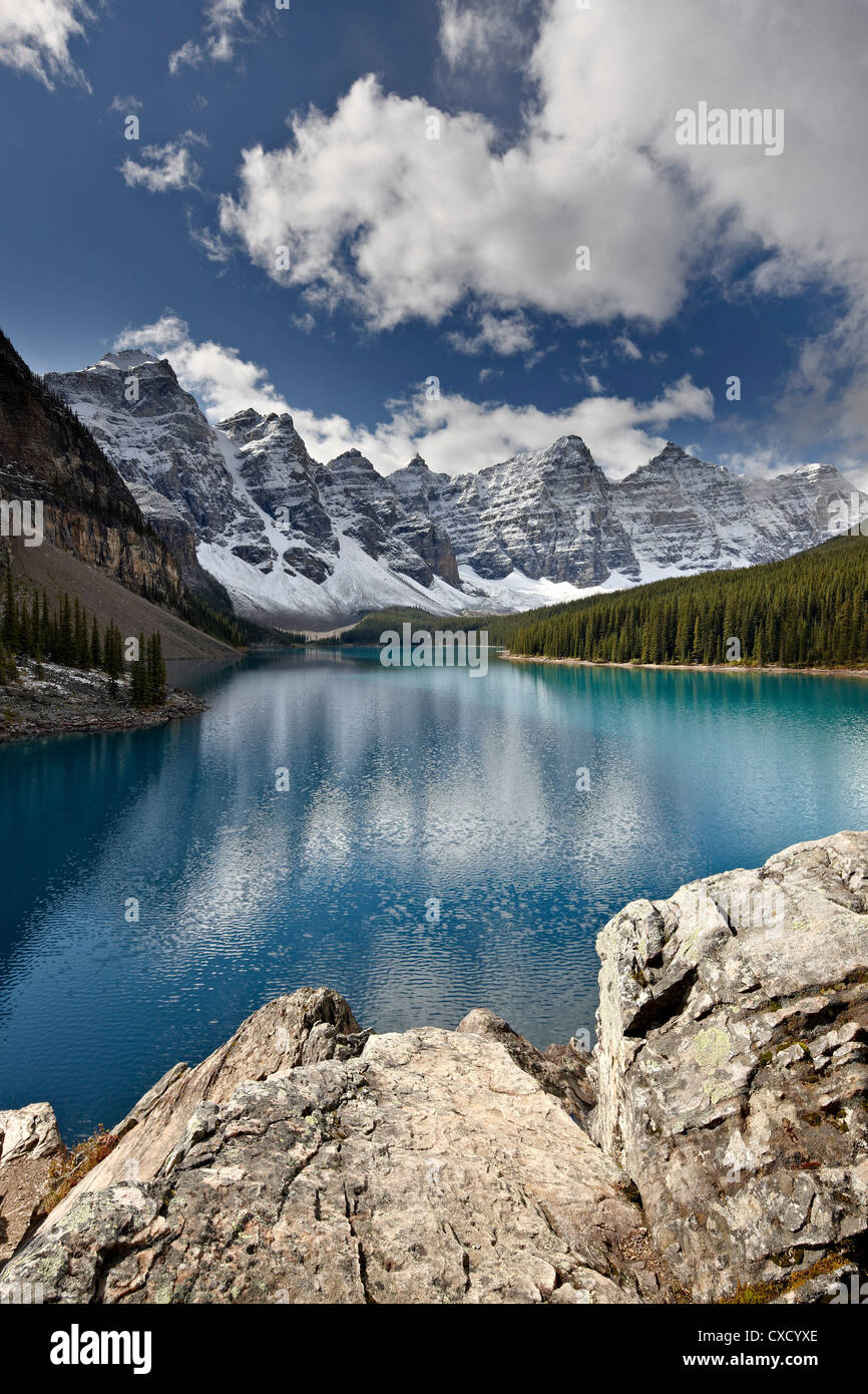 Moraine Lake in the fall with fresh snow, Banff National Park, UNESCO World Heritage Site, Alberta, Canada, North - Stock Image