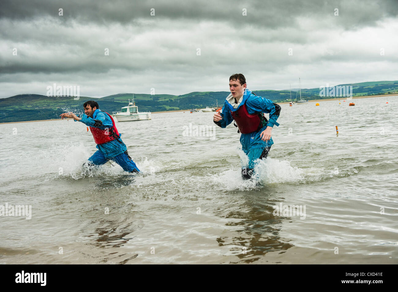 The river Dyfi/Dovey: Teenagers taking part in 'The Challenge' - an Outward Bound opportunity for 15-17 - Stock Image