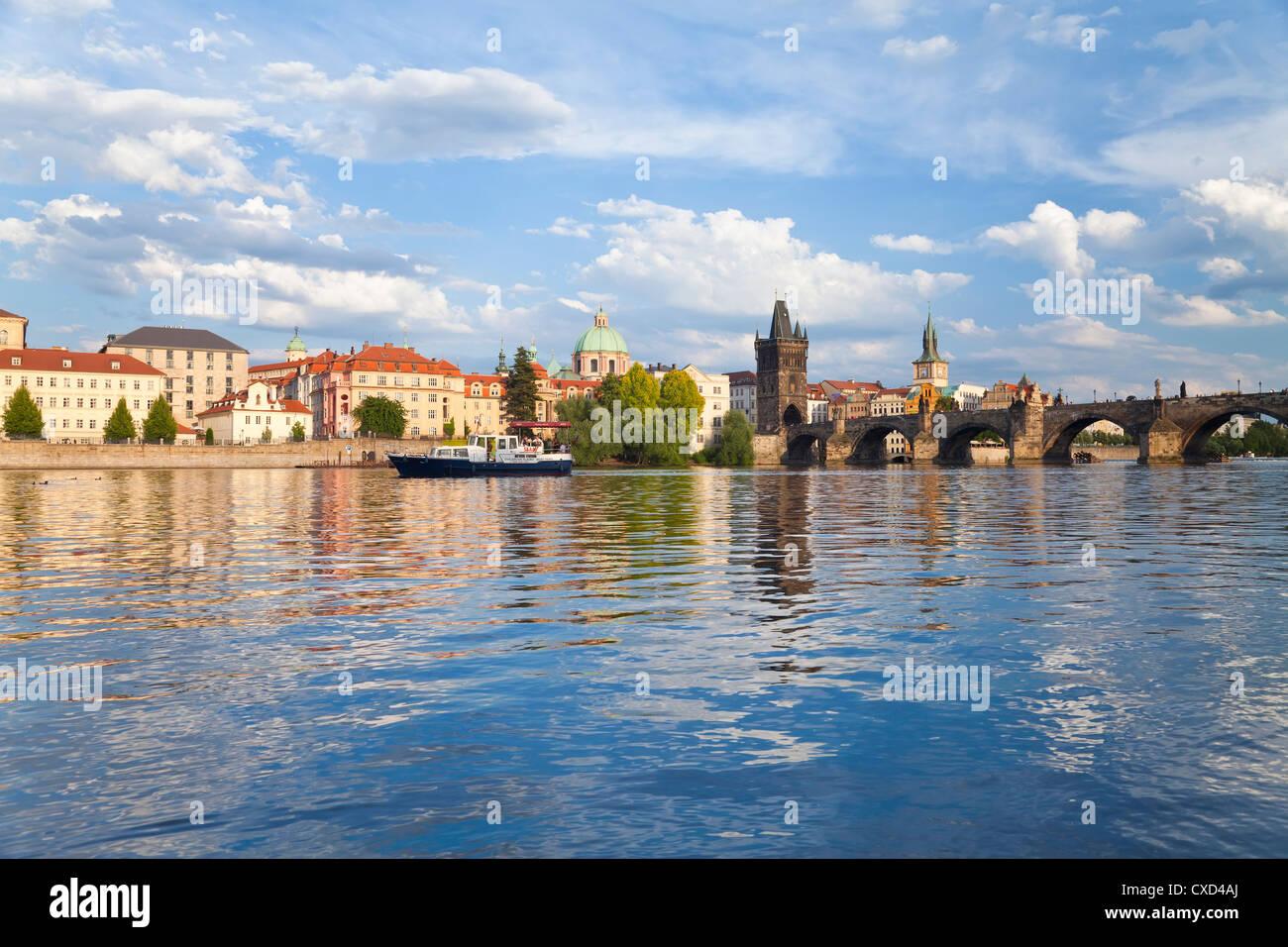 Charles Bridge and the Vltava river, Old Town, UNESCO World Heritage Site, Prague, Czech Republic, Europe - Stock Image