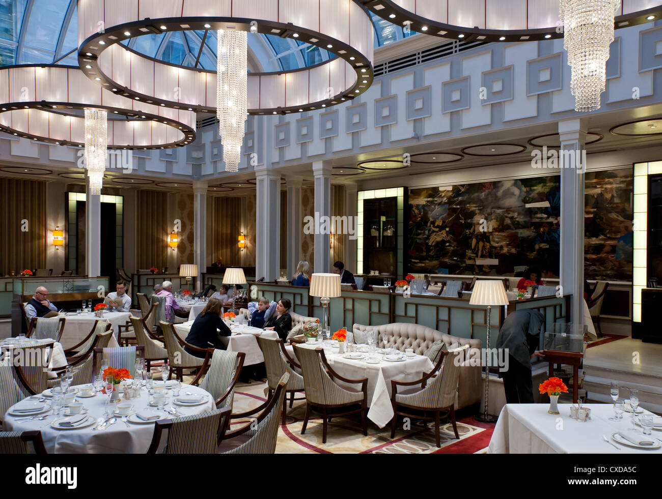 UK, London, the afternoon tea hall of the Lanesborough hotel in Hide Park corner - Stock Image