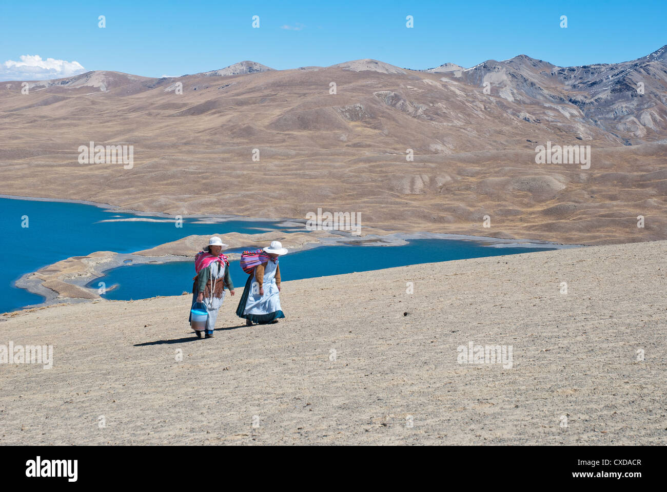 Aymara women in the Cordillera Real with the Lake Tuni in the background - Stock Image