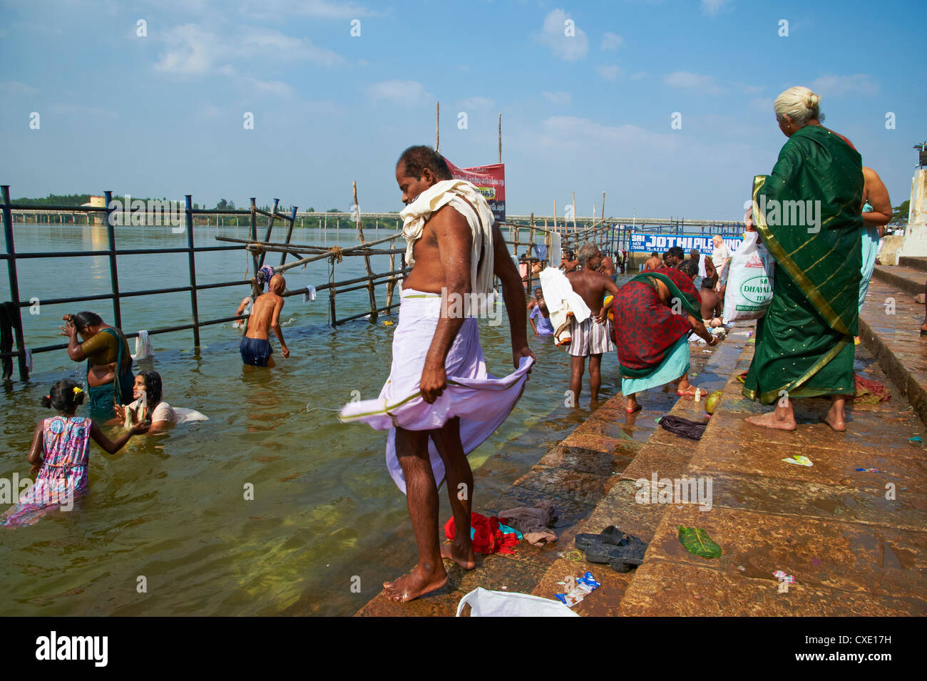 Ritual bathing, Sri Jambukeshwara temple, Tiruchirappalli (Trichy), Tamil Nadu, India, Asia - Stock Image