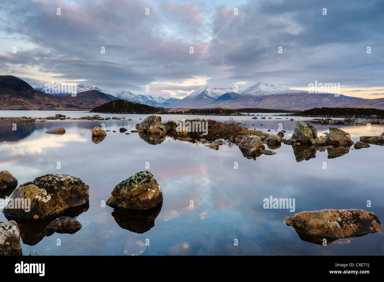 Snow covered mountains at dawn, Lochan na h Achlaise, Rannoch Moor, Argyll and Bute, Scottish Highlands, Scotland - Stock Image