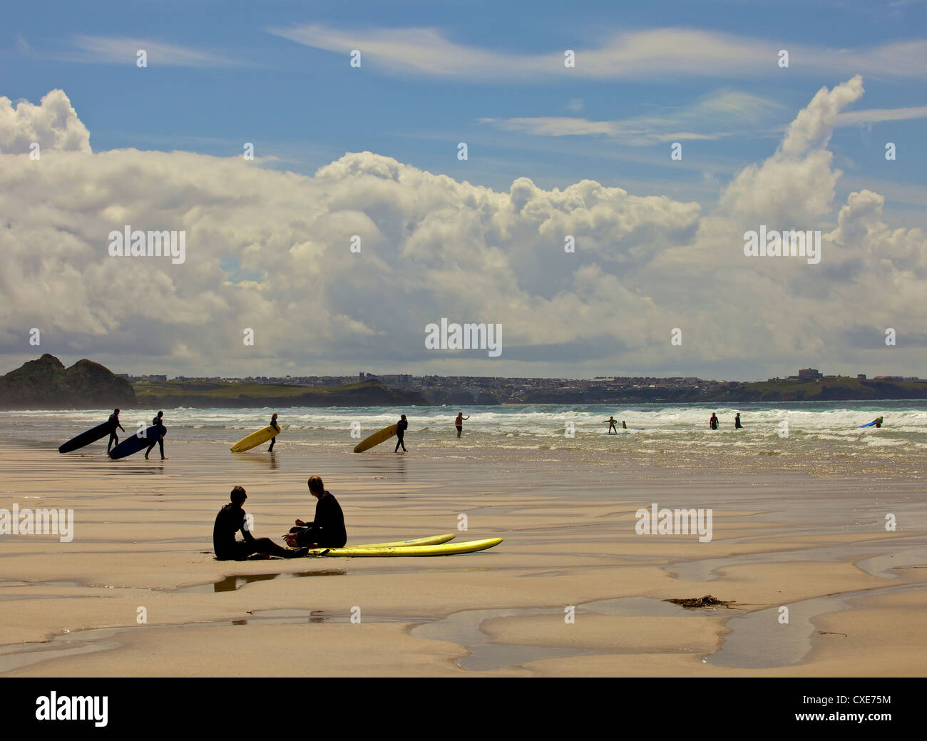 Surfers with boards on Perranporth beach, Cornwall, England - Stock Image