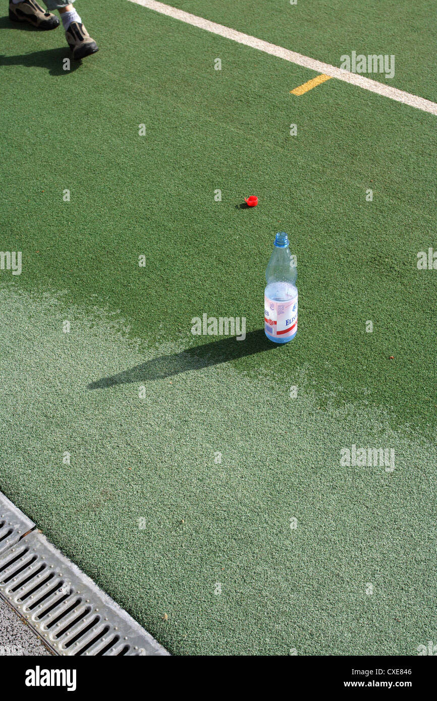 Ruesselsheim, water bottle on the sidelines of a hockey center - Stock Image