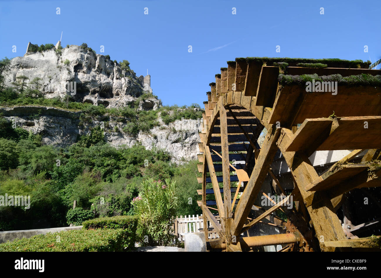 Water Wheel and Ruined Castle or Château at Fontaine-de-Vaucluse Provence France - Stock Image
