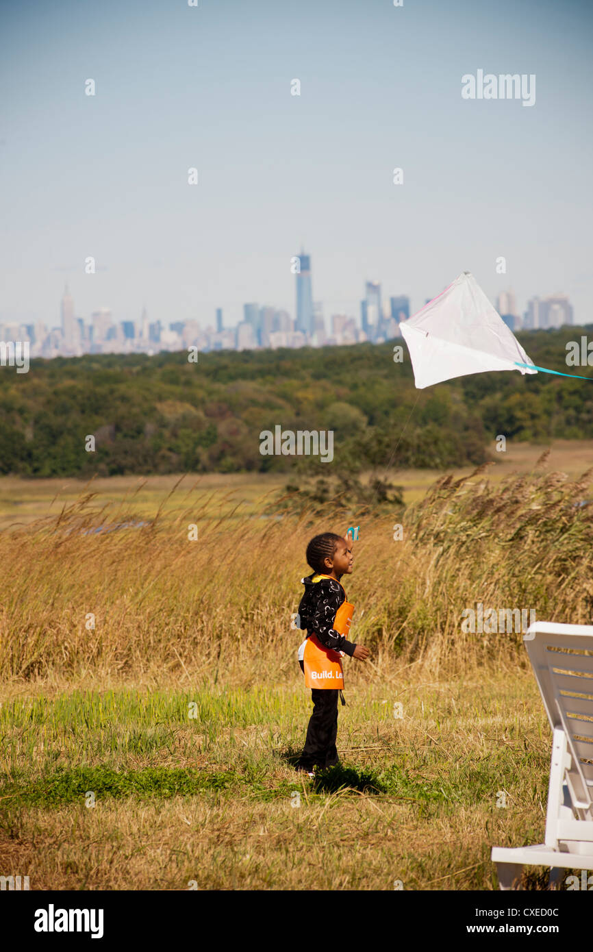 Kite flying on the North Mound of the Fresh Kills landfill in Staten Island in New York - Stock Image