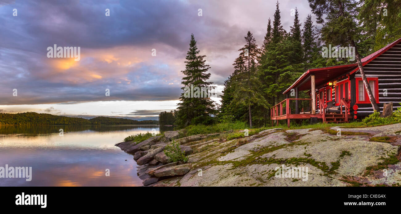 Lakefront cabin at sunset at the Killarney Lodge resort, Lake of Two Rivers, Algonquin Park, Ontario, Canada - Stock Image
