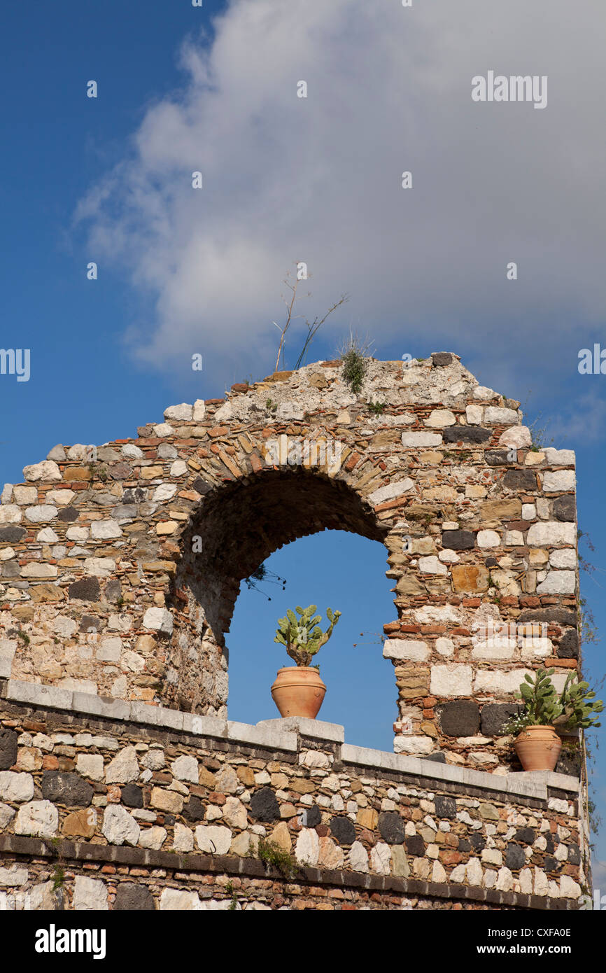 old town wall with plant pot in arch, Castelmola - Stock Image