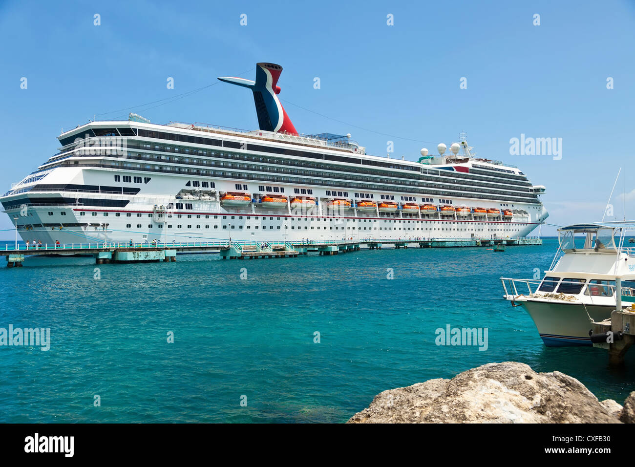 Luxury cruise ship in port of Ocho Rios, Jamaica - Stock Image