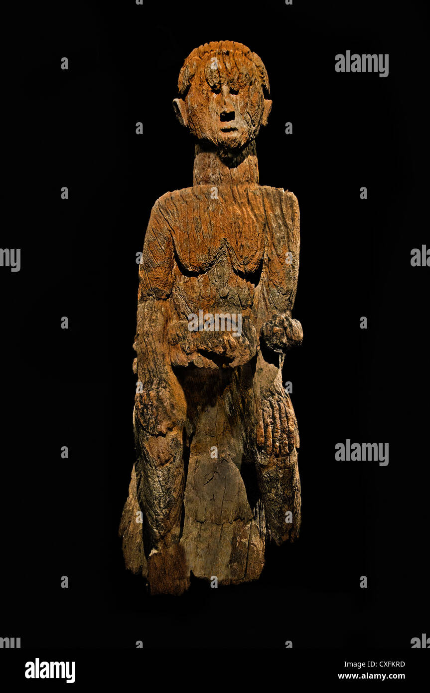 Maternity Figure Mother and Child 17th century Nigeria Culture Mbembe peoples 108 cm Africa - Stock Image