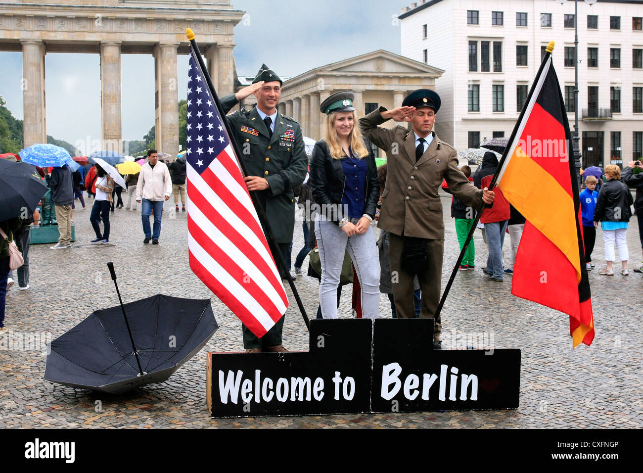 Welcome to Berlin Tourist Photo Opportunity with US and DDR Soldiers - Stock Image