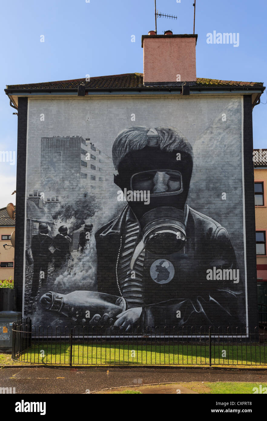 Street scene with Petrol Bomber painted on side of a house as part of people's gallery by Bogside artists in - Stock Image