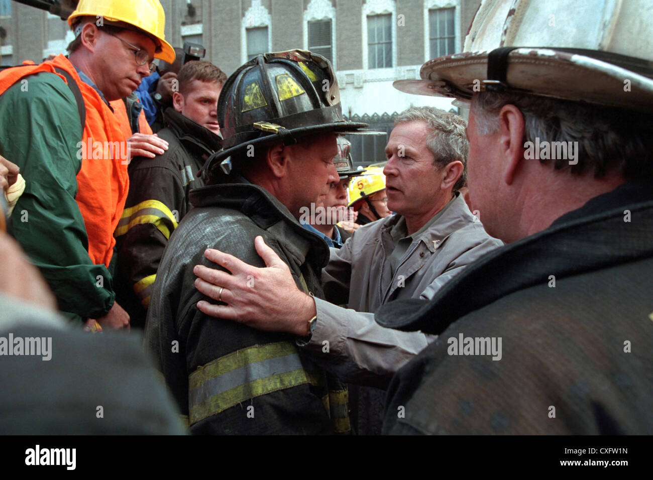 US President George W. Bush embraces a rescue workers at the destroyed World Trade Center September 14, 2001 in - Stock Image