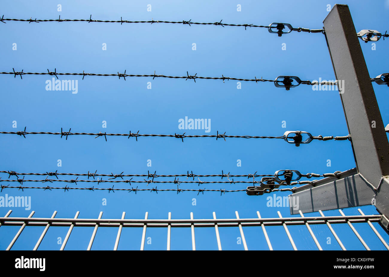 Razor Wire Stock Photos Amp Razor Wire Stock Images Alamy