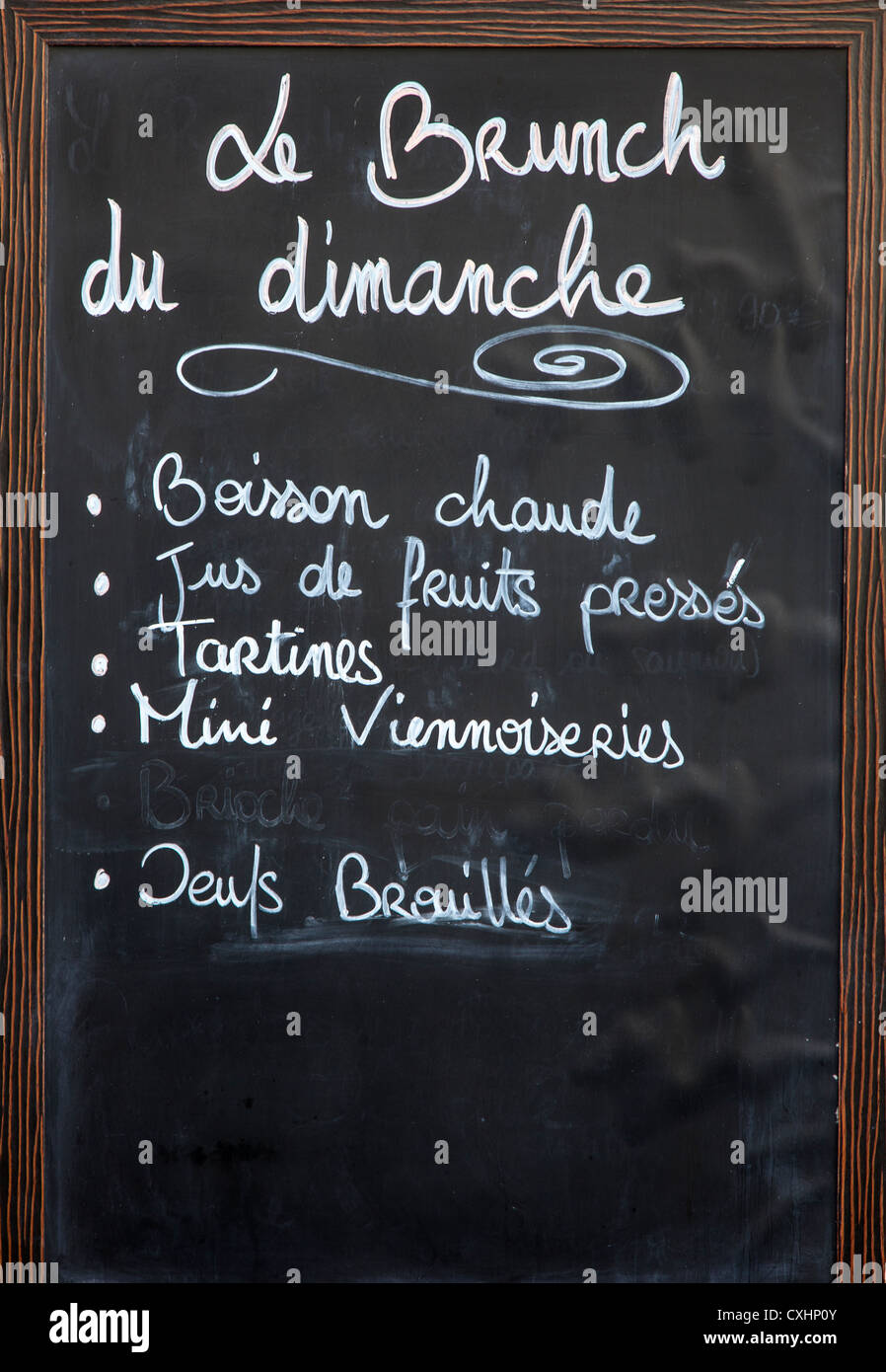 Blackboard menu showing dimanche - sunday - brunch in Chartres, Loire, France - Stock Image