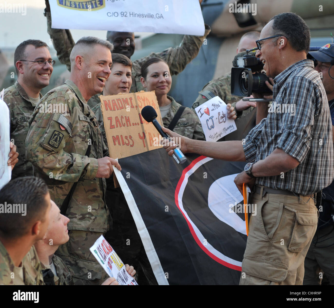 NBC Anchor Lester Holt, right, interviews U.S. Army Chief Warrant Officer 3 Paul Fenn of Stone Mountain, Ga. as - Stock Image