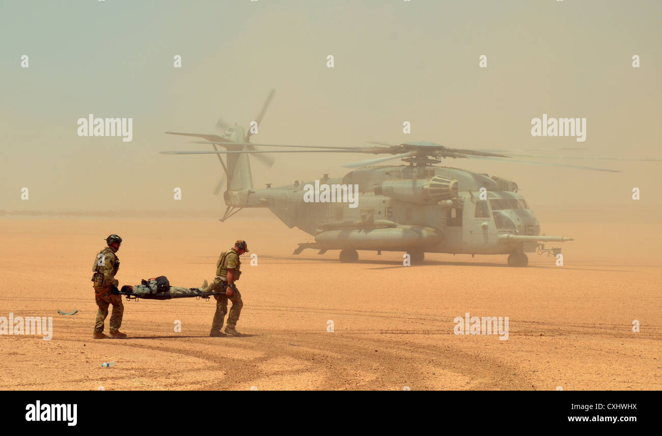 Air Force para-rescue airmen rush an exercise participant with simulated injuries to a Marine Corps CH-53E Super - Stock Image