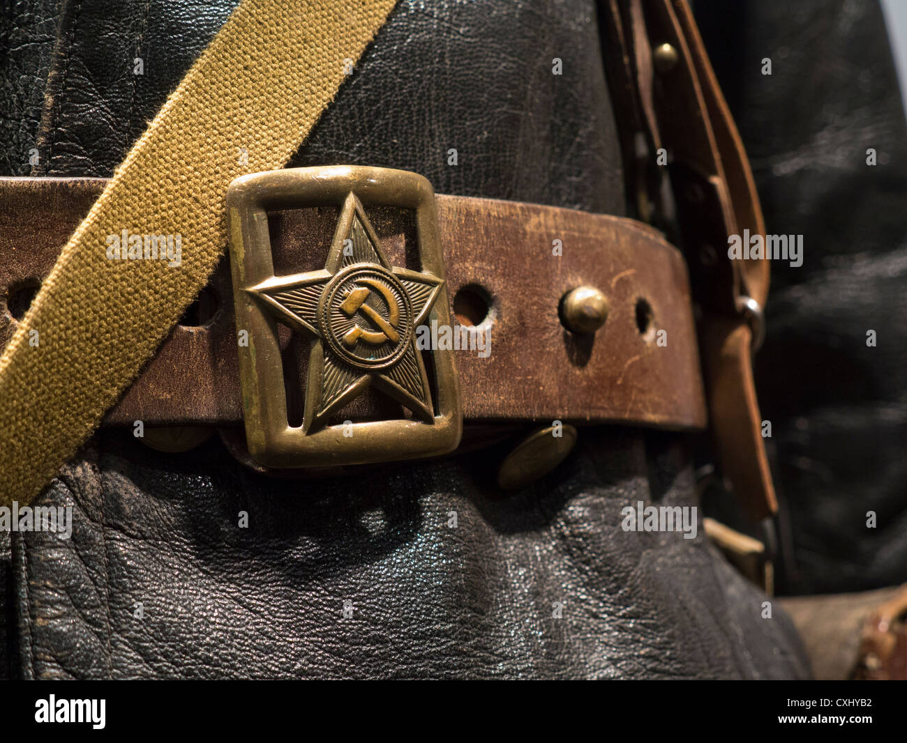 HAMMER & SICKLE Close view on WW2 Russian Red Army soldiers uniform with Hammer and Sickle emblem badge on belt - Stock Image