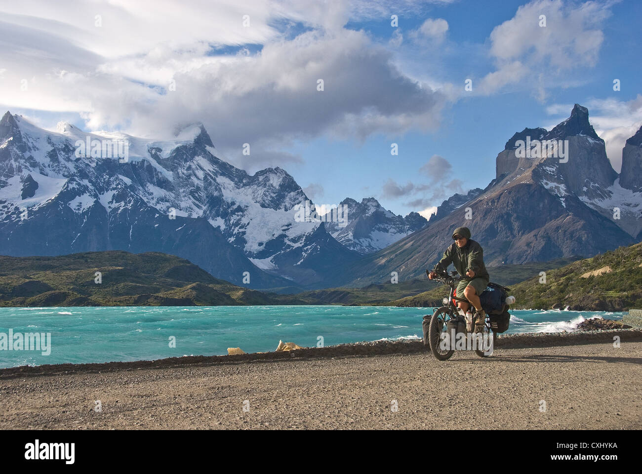Elk198-4442 Chile, Torres del Paine National Park, Cuernos massif with Lago Pehoe, bicyclist - Stock Image