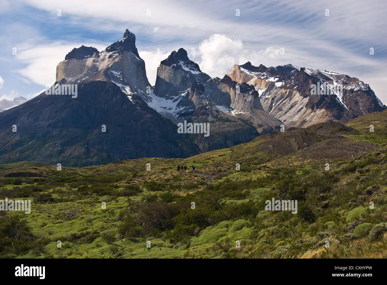 Elk198-4478 Chile, Torres del Paine National Park, Cuernos massif, hikers on trail near Lago Nordenskjold - Stock Image