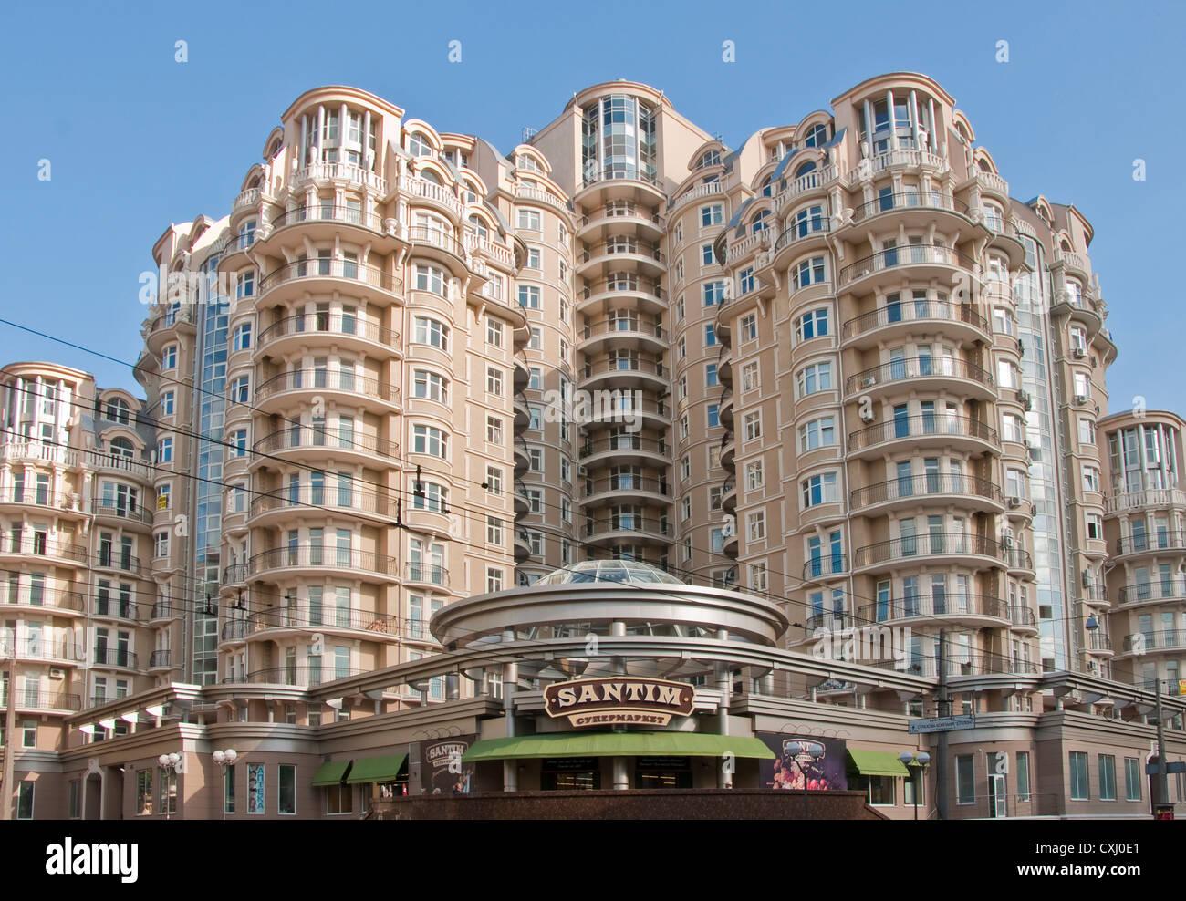 Modern Odessa apartment building with corner Santim Supermarket. - Stock Image