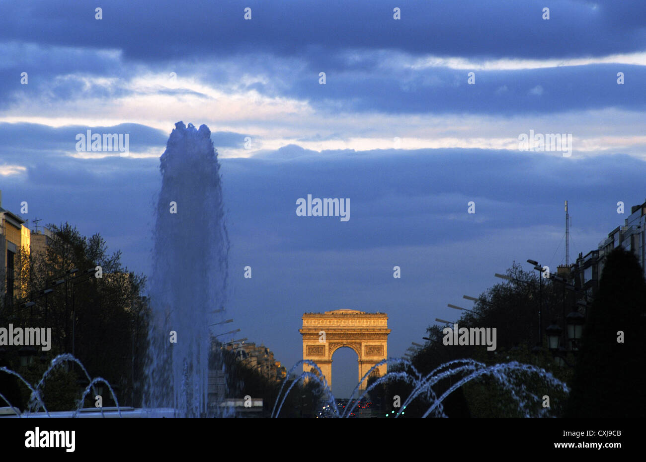 France. Paris. Night view of the Champs Elysees with the Triumphal Arch in the background. - Stock Image