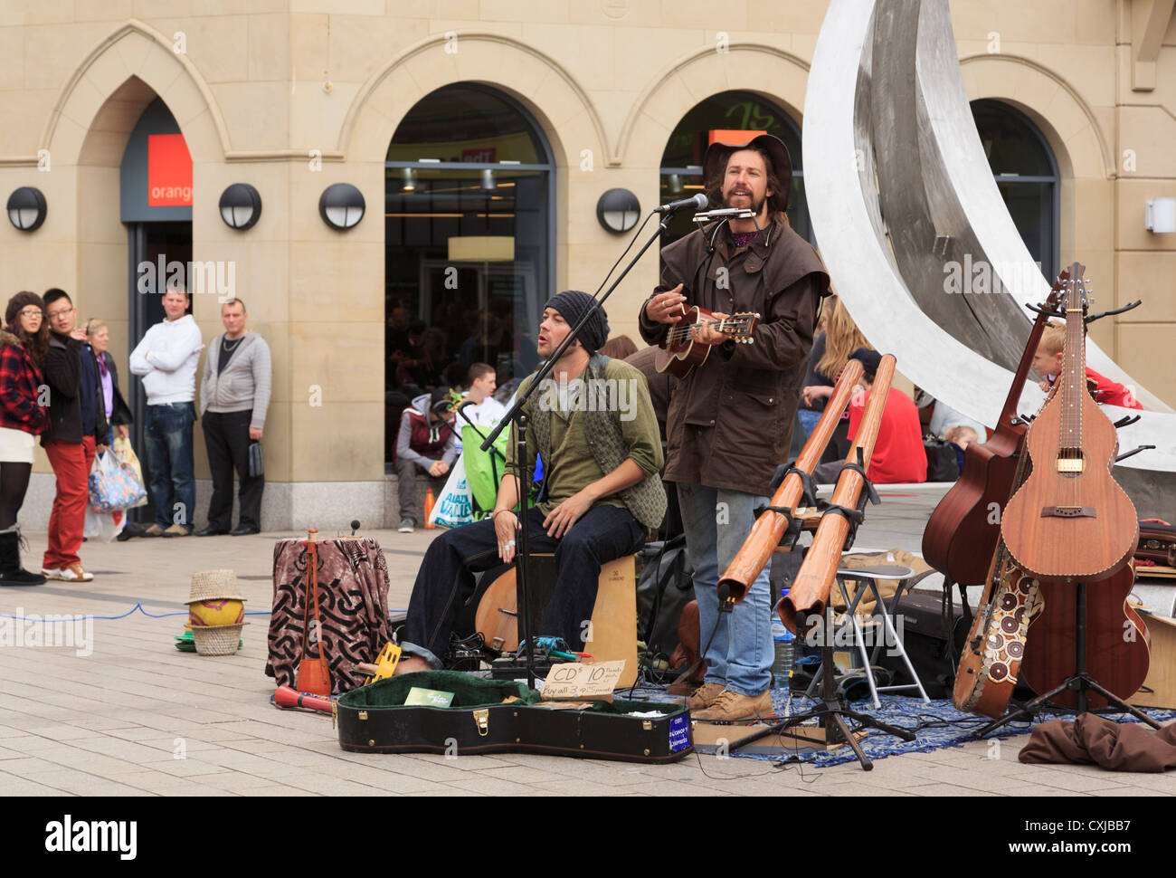 Irish buskers performing in the street by the Spriti of Belfast sculpture in Arthur Square Belfast Co Antrim Northern - Stock Image